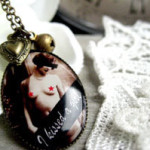 collier retro pin up